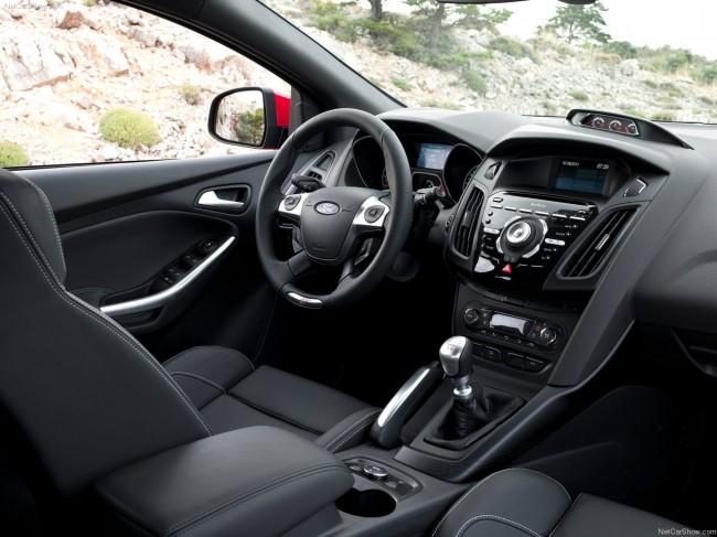 Ford Focus ST 2012 фото приборной панели