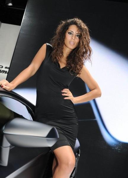 Шатенка на стенде Lamborghini