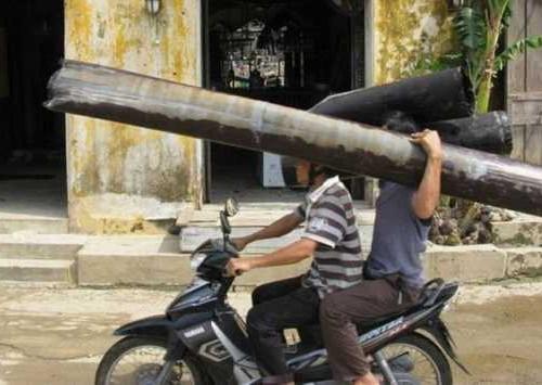 Так нужно перевозить трубы на мотоцикле