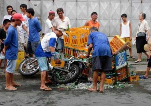 неудачная перевозка бутылок на мотоцикле