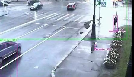 Девушка чуть не погибла под колесами джипа (видео)