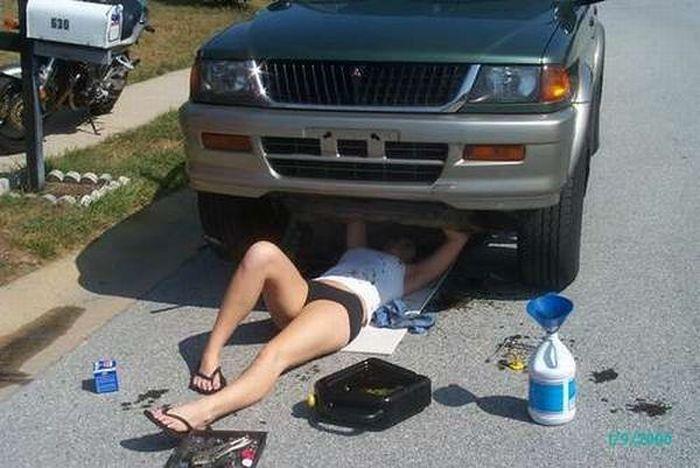Девушка меняет масло в авто