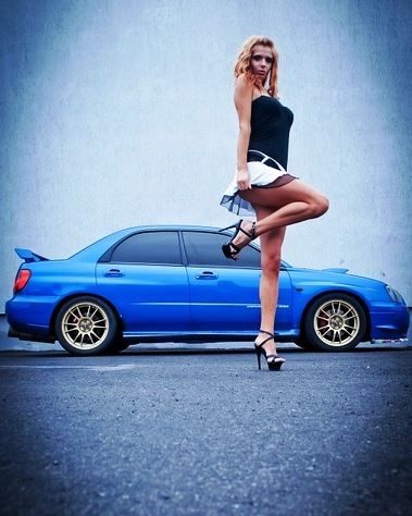 Девушка позирует возле авто
