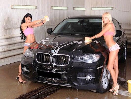 Девушки моют BMW X6