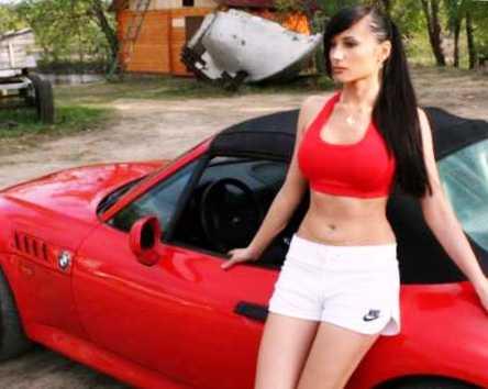 Красная БМВ и девушка (фото)