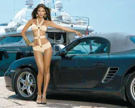 Девушка модельной внешности и авто