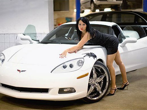 девушка позирует возле Chevrolet Corvette