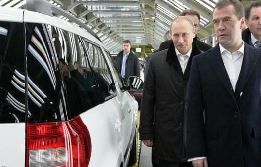 Медведев и Путин рассматривают новый Skoda Yeti