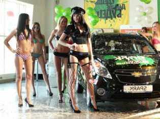 девушки на выставках авто