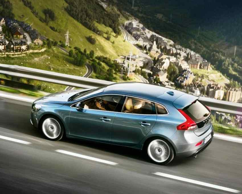 Фото сбоку Volvo V40 2012