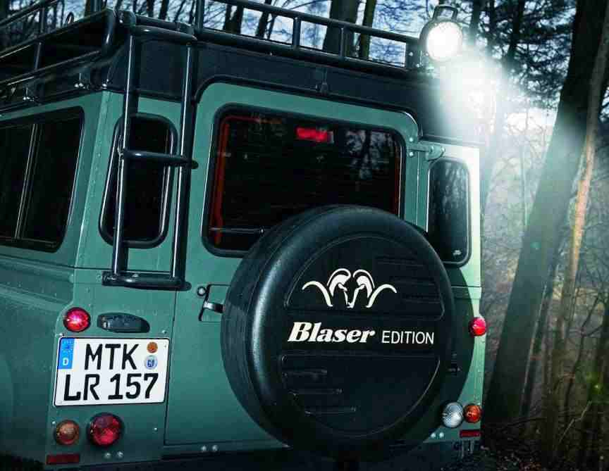 Фото сзади Land Rover Defender