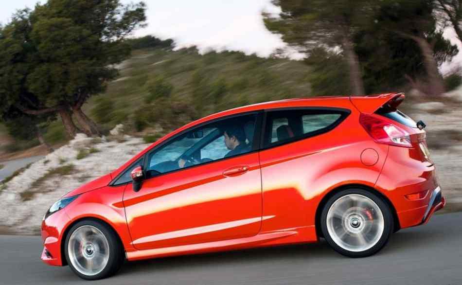 Фото сбоку Ford Fiesta ST 2013