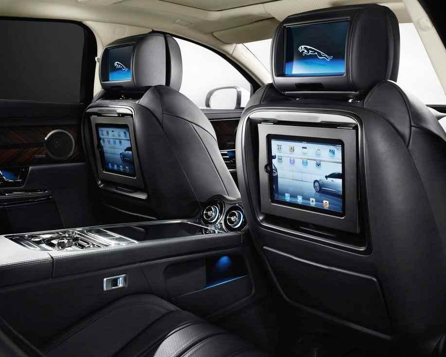 iPad в спинках передних сидений
