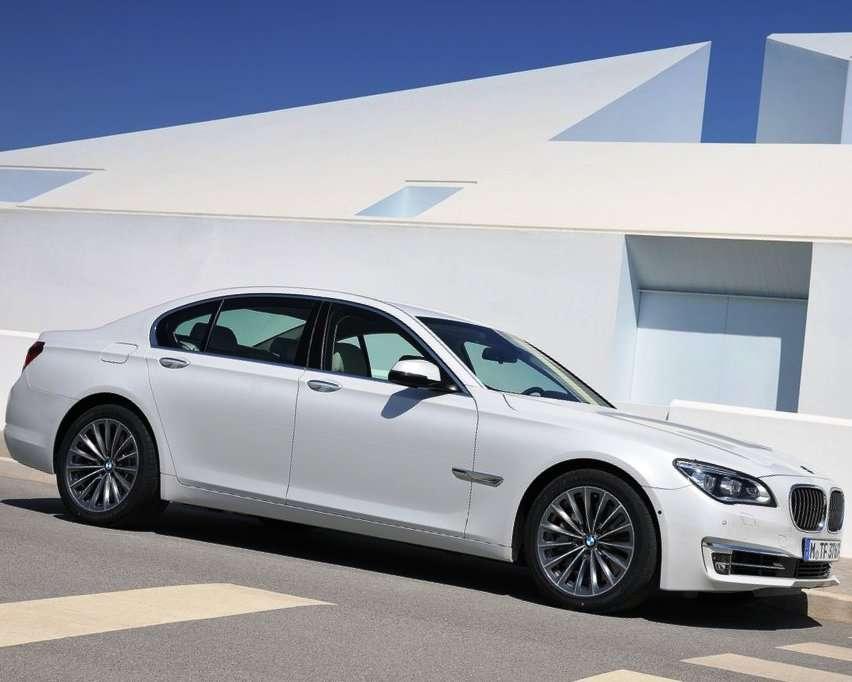 Фото сбоку BMW 7 серии 2013