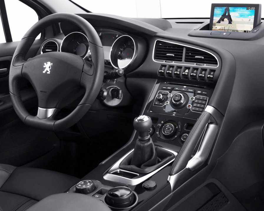 Салон дизельного Peugeot 3008 2012 года