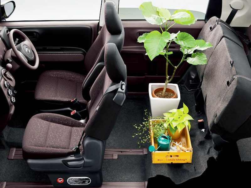 Интерьер Toyota Spade 2013