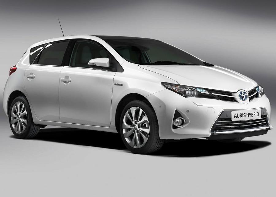 Белая Toyota Auris 2013 года