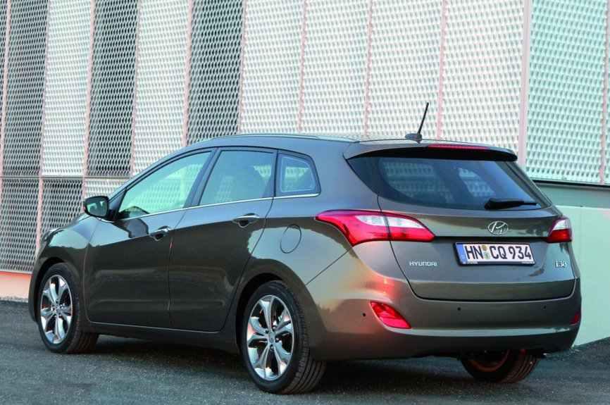 Фото универсала Hyundai i30 2013 сбоку
