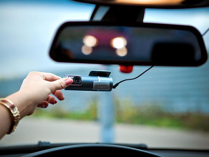 Видеорегистратор BlackVue DR400G-HD II в салоне автомобиля