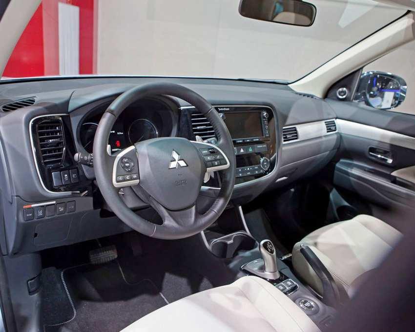 салон Mitsubishi Outlander PHEV 2014