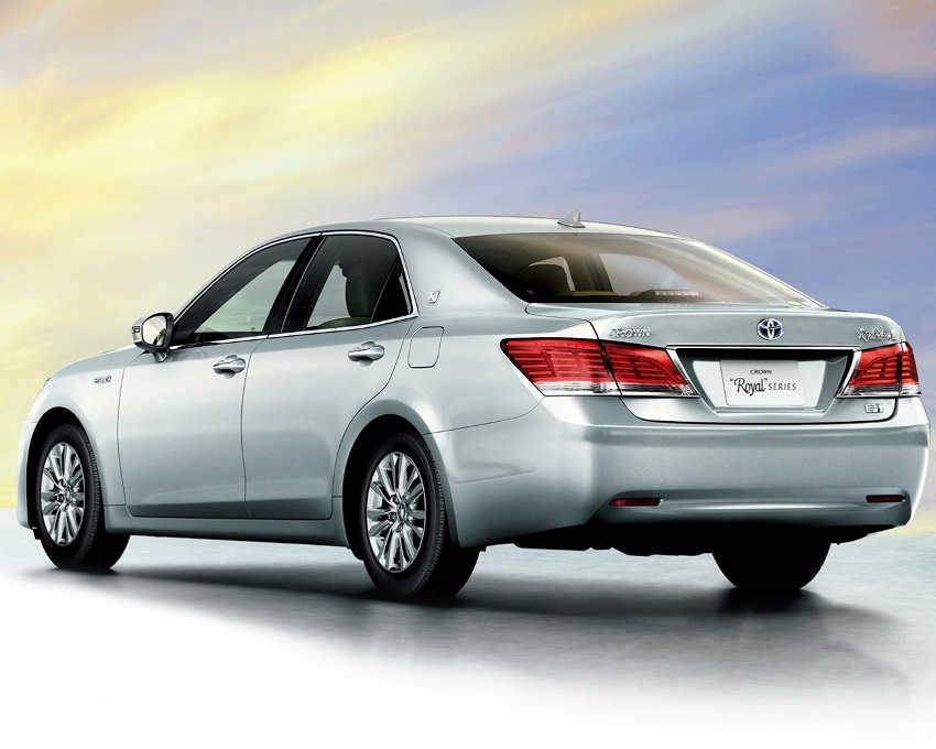 задняя часть Toyota Crown Royal 2013