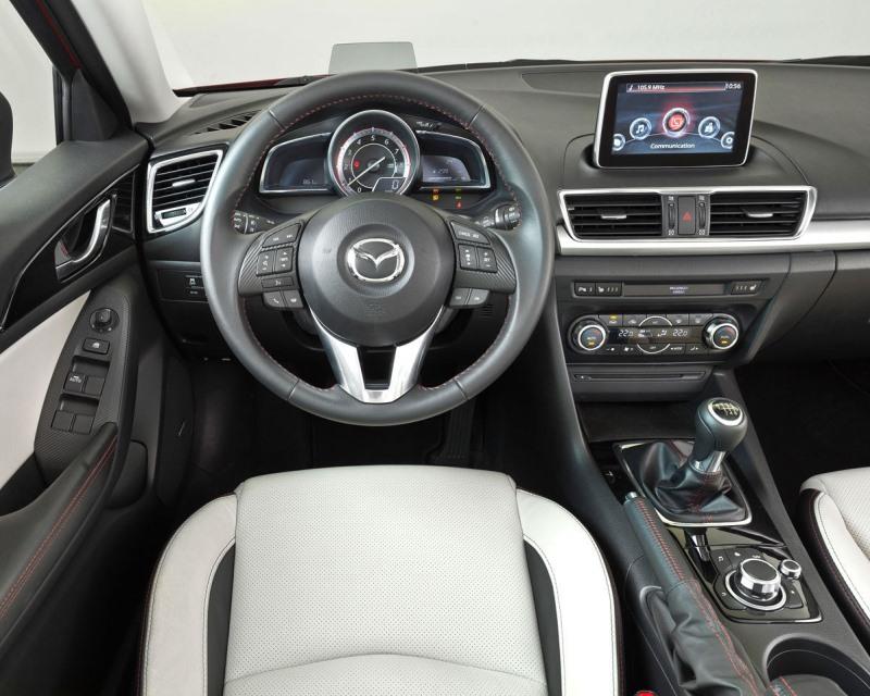 салон седана Mazda 3 2014