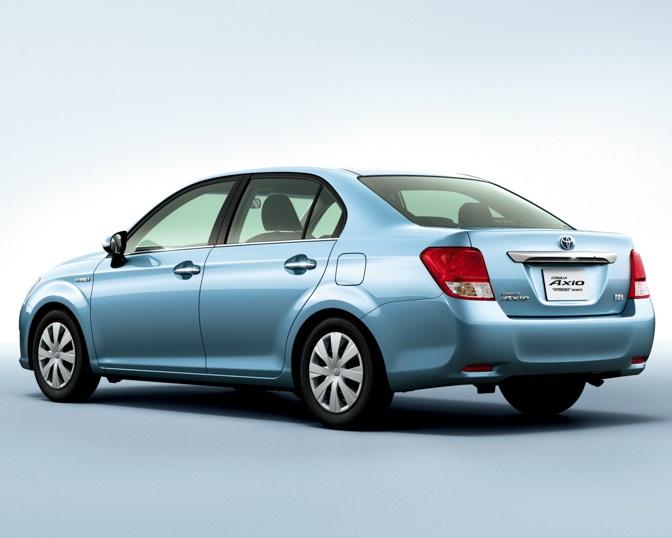 фото Corolla Axio Hybrid G 2014 сбоку