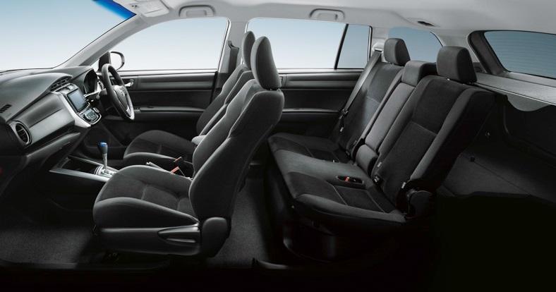 интерьер гибридного Corolla Fielder 2014