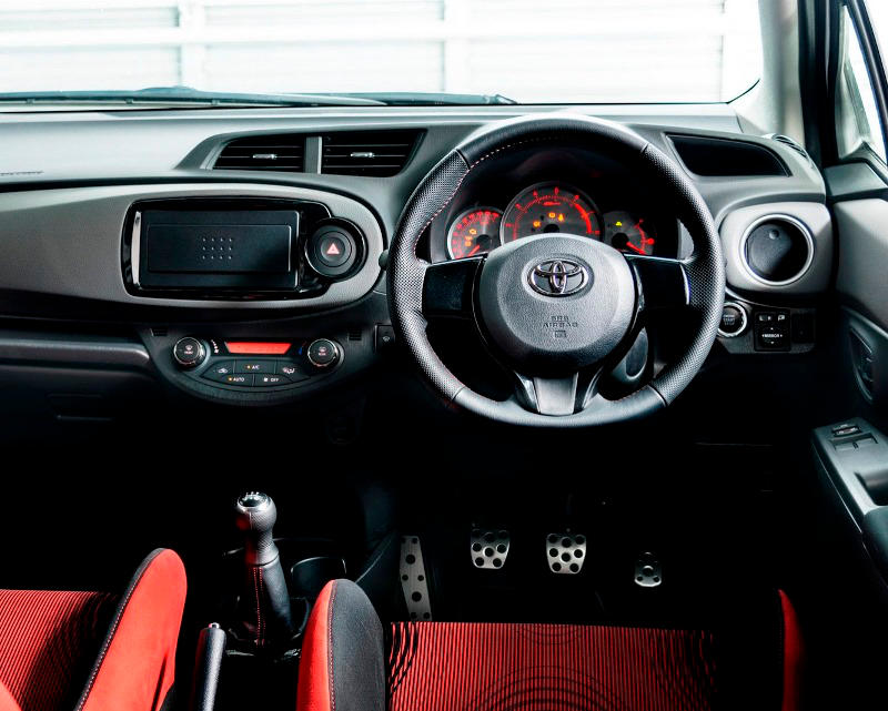 салон Toyota Vitz GRMN Turbo 2014
