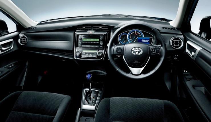 салон гибридной Toyota Corolla Axio 2014