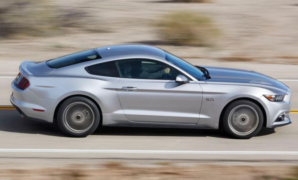 купе Ford Mustang 2015 сбоку