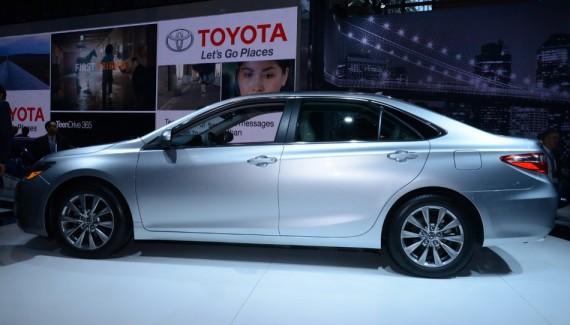 американская Toyota Camry 2015 сбоку