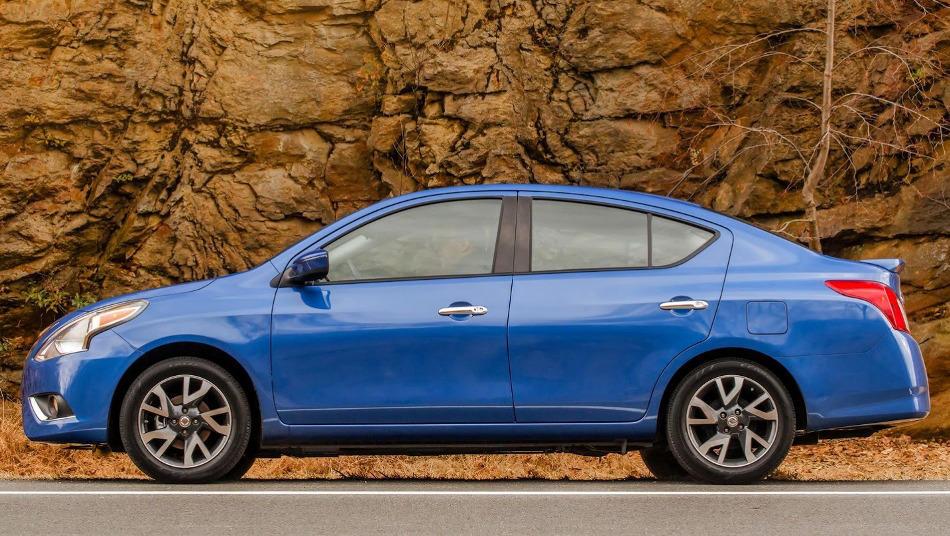седан Ниссан Versa Sedan 2015 сбоку