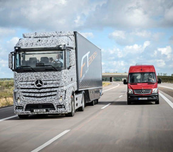 грузовик Mercedes Future Truck 2025 на дороге