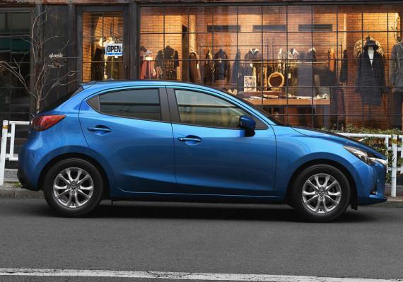 новая Mazda 2 2015 сбоку