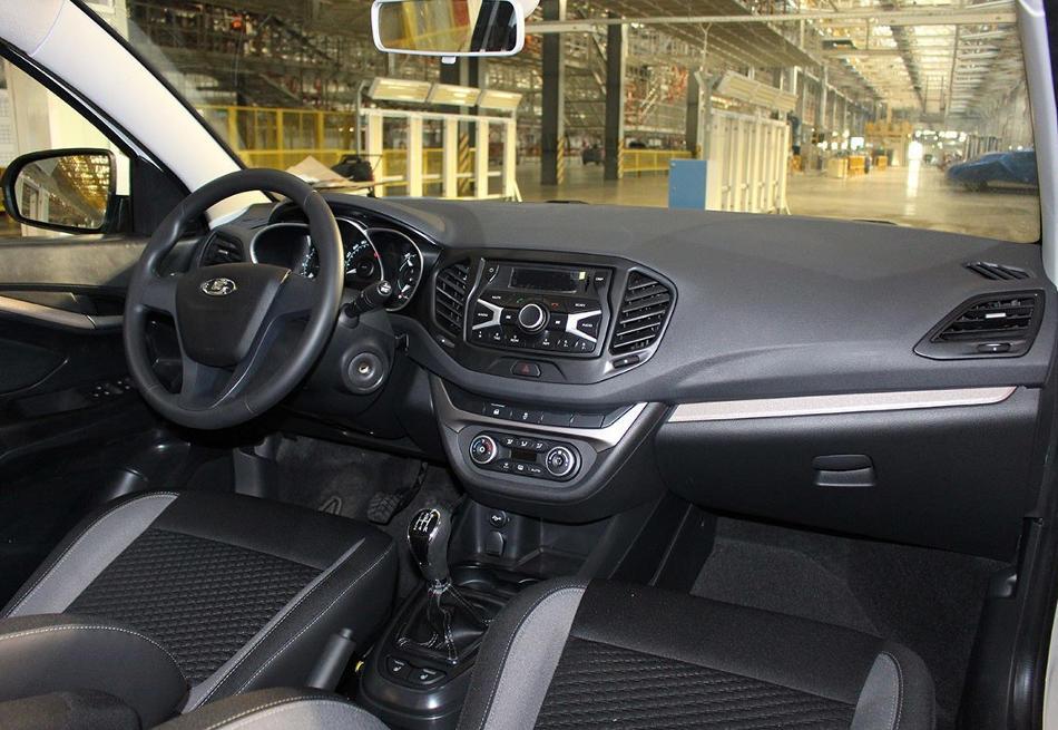 интерьер Lada Vesta в средней комплектации