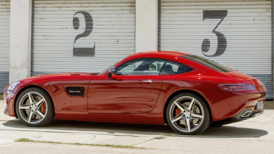 Спорткар Mercedes-AMG GT 2015 сбоку