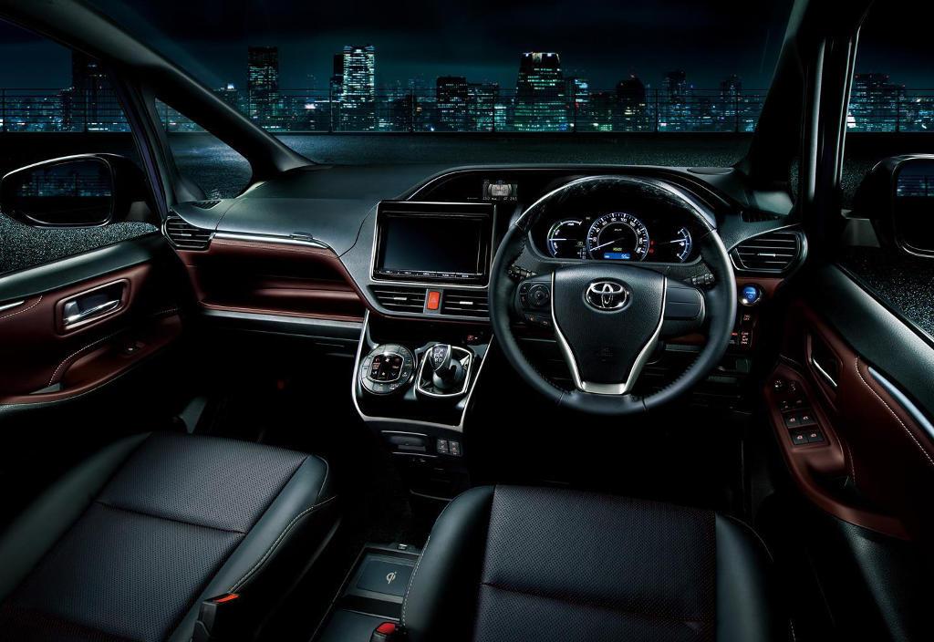 салон Toyota Esquire 2015