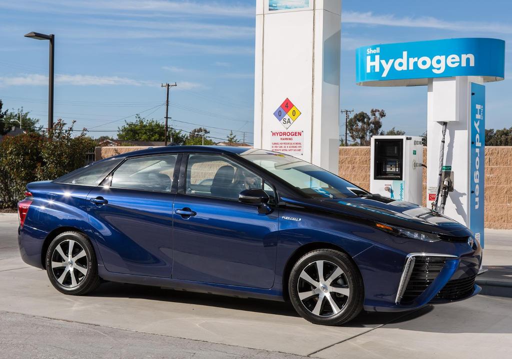 Водородная Toyota Mirai 2016 сбоку