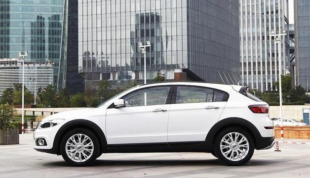 китайский Qoros 3 City SUV 2016 сбоку
