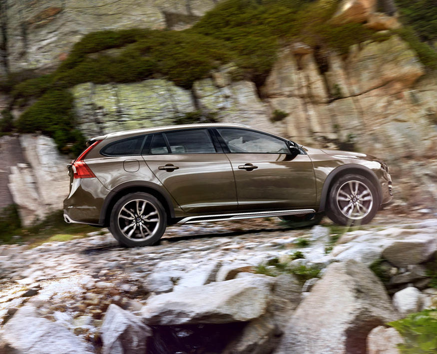 Volvo V60 Cross Country 2015 сбоку