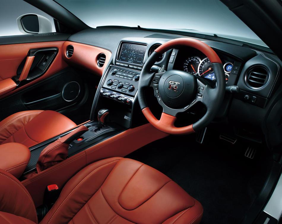 салон Nissan GT-R 2015