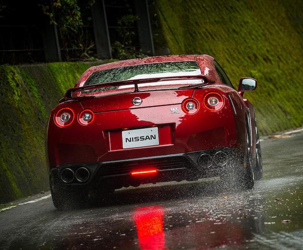 задняя часть Nissan GT-R 2015