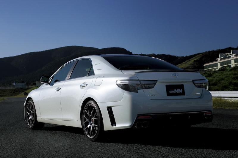 задняя часть Toyota Mark X GRMN 2015