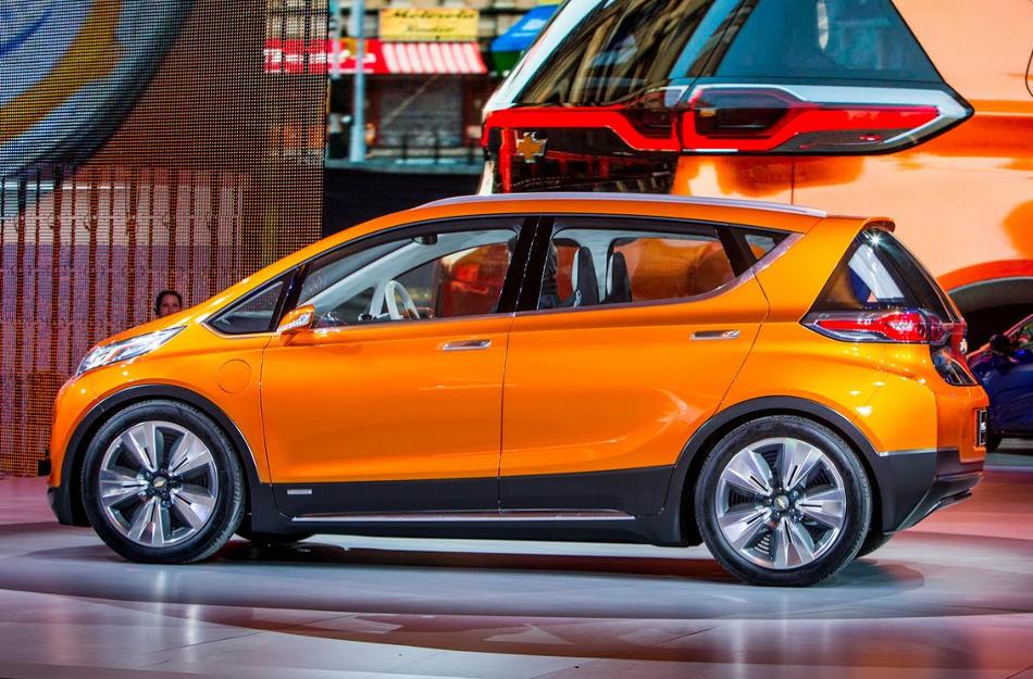 Концепт Chevrolet Bolt EV 2015 сбоку