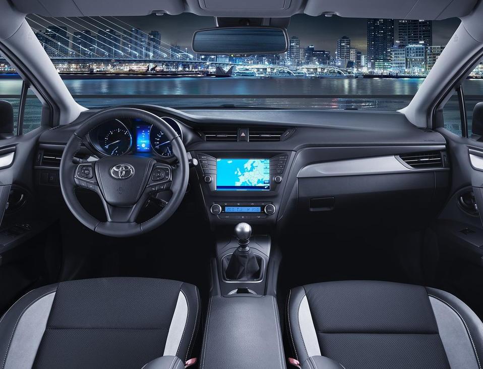 салон Toyota Avensis 2016