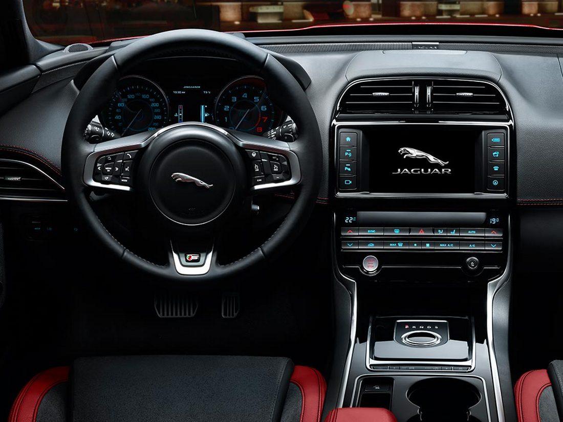 салон Jaguar XE 2016