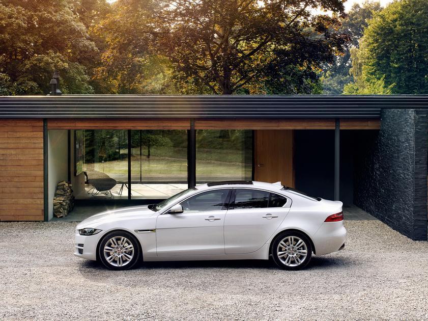 седан Jaguar XE 2016 сбоку