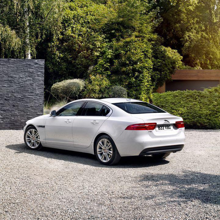 задняя часть Jaguar XE 2016