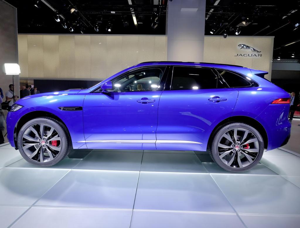новый Jaguar F-Pace сбоку